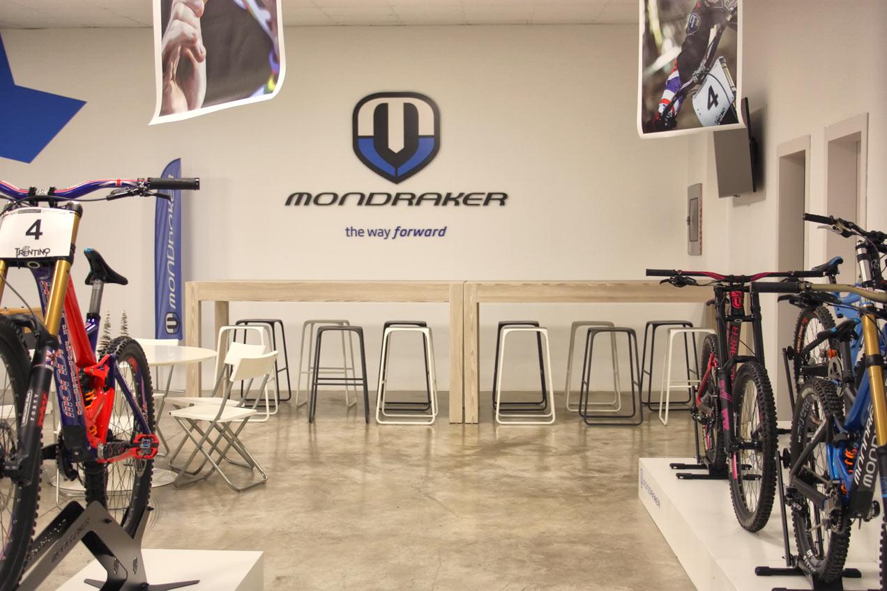 Carpintería para empresas Elche. Mesas de la sala de exposición de Mondraker realizadas por la carpintería Madecor