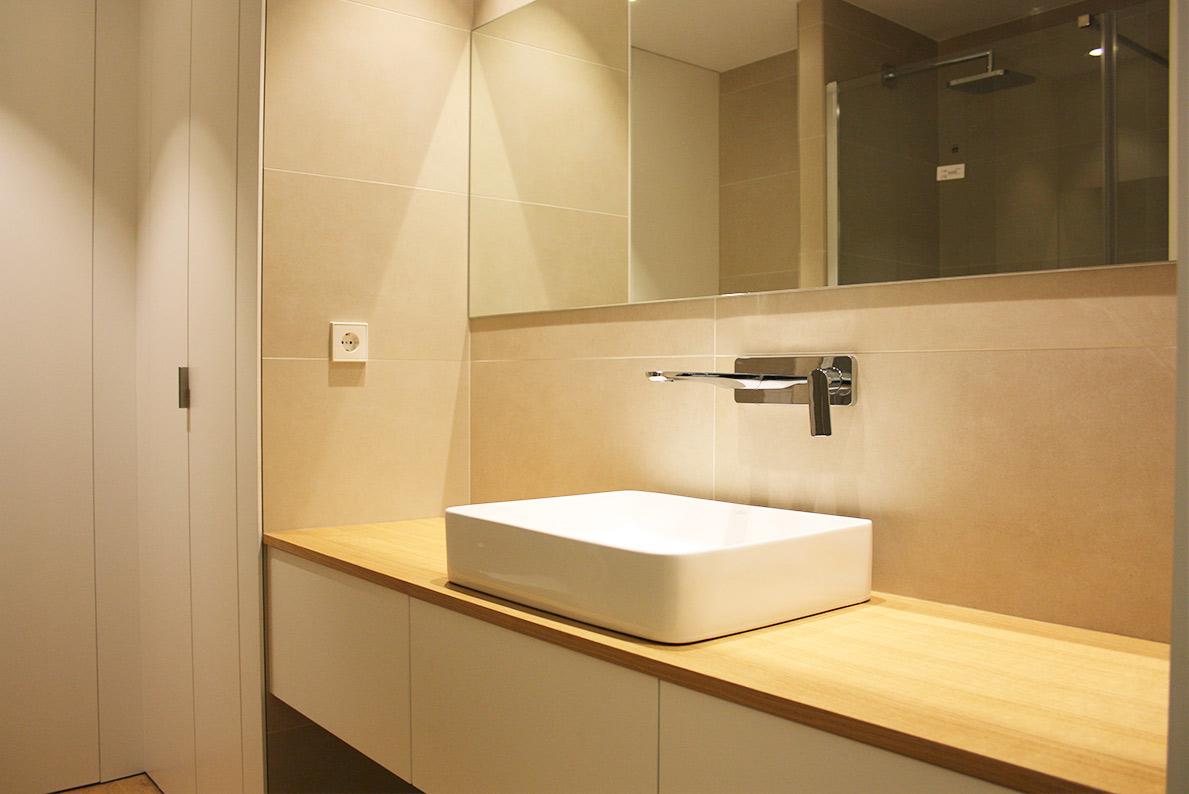 Mueble de baño a medida realizado con maderas de máxima calidad por Madecor carpintería Elche